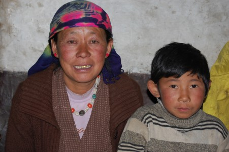 Yangdzin L. erhält jetzt eine Kuh. Die allein stehende, sehr arme Frau sorgt für die 8jährige Tochter einer Nachbarin, die das Dorf nach der Geburt verlassen hat. Yangdzin hat den Säugling anfangs mit der Flasche ernährt, was in Upper Mustang sehr selten ist.