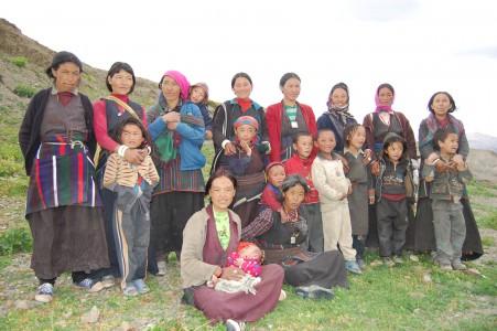 Einige der Mütter aus Saldang, die ein Nak bekommen haben, mit einigen ihrer Kinder. In Saldang haben wir zwei Herden (und 2 Müttergruppen) gebildet mit 21 bzw. 16 Naks