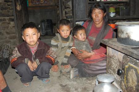 Nisang G. aus Simegaon, eine 44 jährige Witwe mit drei kleinen Söhnen und einem Berg von Schulden von der Beerdigung.