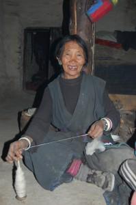 Die Großmutter Pema G. lebt vom Spinnen und Weben und wird von der Müttergruppe unterstützt. Pemas 7 jähriger Enkel war das aufgeweckteste Kind, das ich in Dolpa getroffen habe.