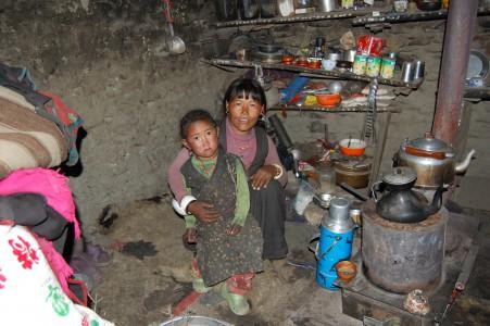 Lamu G. mit ihrer jüngsten Tochter in ihrer dunklen und kalten Behausung.