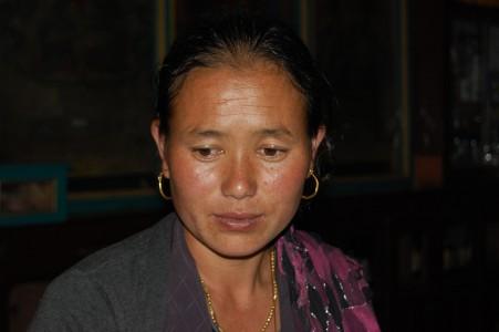 Die Geburtshelferin Tenji P. ist zwei Tagesreisen von der nächsten Gesundheitsstation aktiv.
