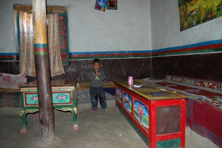 Döka G. hat ihre Teestube, die ihr Söhnchen präsentiert, selbst gebaut.