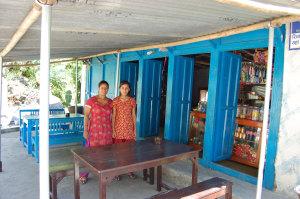 Muna J. mit Tochter in ihrem kleinen Restaurant.