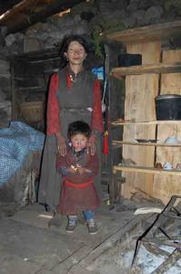 Nilta S. und ihr Enkel leben in einem fast leeren Haus.