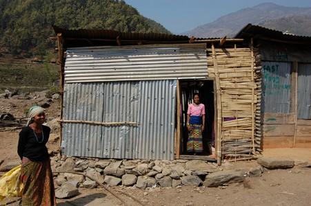 Paria P. im Eingang ihres selbstgebauten Hauses.