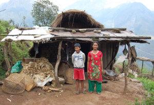 Pulmaya vor Ihrem selbstgebauten Haus