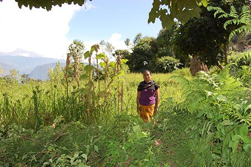 Puna K.M. vor ihrem Feld. Sie hat als erste allein erziehende Mutter Land gekauft!