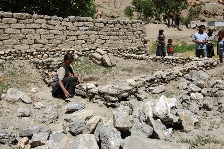 Die allein erziehende Mutter Tamdin D. baut sich selbst ein Haus.