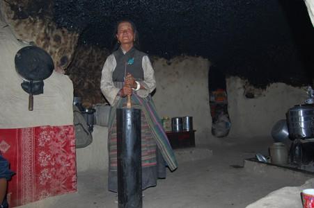 Tsering A. macht Butter in einer Höhle.