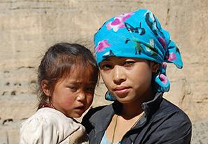 Urmila und ihre dreijährige Tochter.