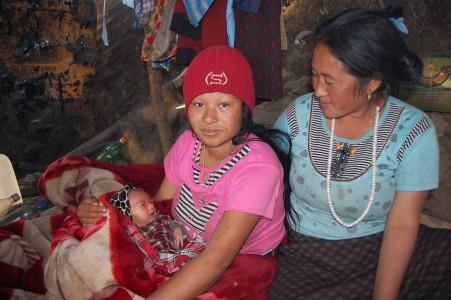 Zwei Tage vorher hat die Hebamme Nima T. dieser jungen Mutter bei der Geburt ihres ersten Babys geholfen - mit einer Taschenlampe als einzigen Beleuchtung.