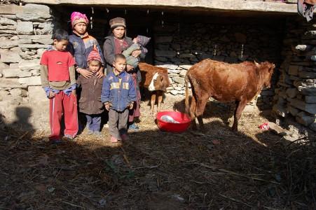 Passang nimmt ihr jüngstes Kind überall hin mit. Die anderen drei Kinder gehen zur Schule.