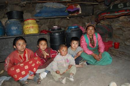 Yokki T. mit ihren vier Töchern. Sie trägt Waren für Geschäftsleute ins Dorf, eine Strecke dauert zweieinhalb Stunden.