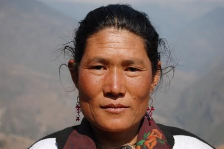 Die 38 jährige Witwe schleppt über Wochen 30 kg als Sherpa für Treckingagenturen.