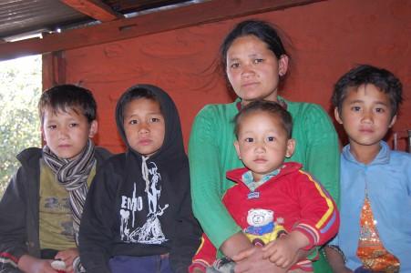 Vier Jahre lang hat diese junge Mutter ohne jede Hilfe für ihre vier Kinder den Lebensunterhalt verdient.