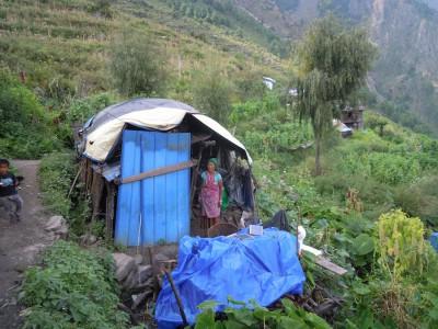 Noch wohnt Kalis Familie in diesem Unterstand, aber Kali hat das Geld der Regierung bereits gut für Holz angelegt, um eine bessere Unterkunft für den Winter zu bauen.