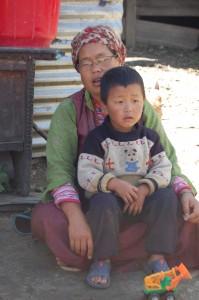 Passang hat vier Kinder unter 12 Jahren. Sie hat noch eine Kuh und ein Kalb – und die nepalesische Armee hat ihr die Raskhi-Ausrüstung aus den Trümmern ihres Hauses geborgen.