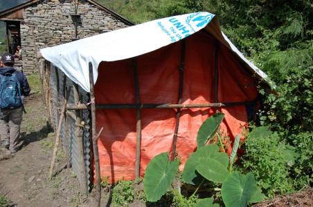 Die vom Erdbeben betroffenen Haushalte erhielten 12 Wellblechplatten, d.h. sie müssen improvisieren.