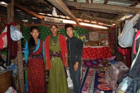 Lakpa – hier mit zwei ihrer fünf Kinder - hat bereits ein weitgehend winterfestes Haus aufgebaut.
