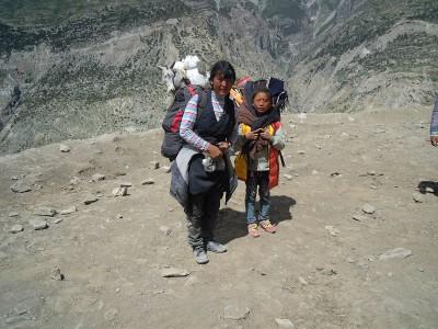 Diese Mutter ist mit ihrer Tochter vor häuslicher Gewalt geflohen und schließt sich uns eine zeitlang an.